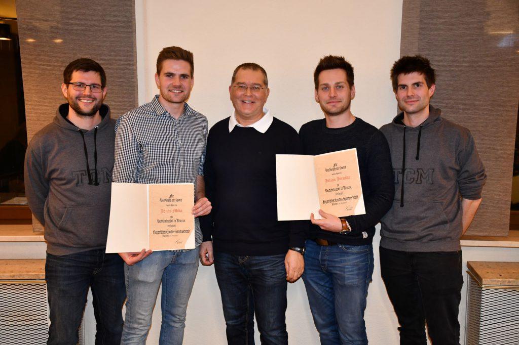 Der Vorstand des TC Motzenhofen mit den zwei Geehrten für fünfjährige Vereinsarbeit (von links nach rechts): Stefan Weichselbaumer (2. Vorsitzender), Jonas Mika (1. Vorsitzender), Michael Lidl (Schriftführer), Julian Juraske (Herrensportwart), Thomas Weichselbaumer (Kassier).